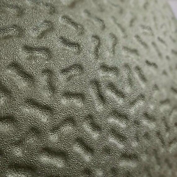"""Kamado Bastard Urban Large (49cm) - våldsamt snygg och välbyggd keramisk kamado - livstids garanti på keramiken byggd av den extremt värmetåliga mineralen Cordierite med livstids garanti! tålig glasfiberpackning - snyggare och bättre än filt kommer som standard med kolkorg och asklåda för enkel tömning 49cm galler (2cm större än ex Kamado Joe Classic och BGE Large) Rostfritt galler i hela 7 mm stål (!) Robust benställning med en vikt på runt 15 kg och lättrullande svarta hjul Delade deflektorstenar där ena sidan är glaserad för enklare rengöring (smart!) Regnsäker precisions toppventil av gediget gjutjärn Enkel montering 130 kg kärlek i ett skimmer av Camo Kamado Bastard Urban Large är förmodligen marknadens just nu snyggaste Kamado koncept. The Bastard är ett Holländskt företag som verkligen gått all in på att ta fram en kamado med ett tillhörande koncept som står både för kvalitet och en design som slår det mesta. Urban kallas denna färg som i vissa lägen ser mörkgrå ut och i andra mer åt militärgrönt - tänk Camouflage - en kameleont, - en bastard om du så vill. Kvalitetskänslan finns där från uppackning och unboxing hela vägen till sista rostfria muttern sitter på plats. BBQmonster slås av det härliga tänket att man från första sekunden blir lite smått kär i Bastard kamado Konceptet: du möts av en svart påse märkt med """"first aid kit"""" här finns starten för monteringen och resan börjar. Allt är sobert, rejält och vi tjatar gärna om det: snyggt! Bilder som är självklara, och om du hellre ser en film om själva monteringen så scannar du QR-koden och löser det den vägen. Skuvar och muttrar söktes av med magnet och alla väsentliga delar är icke magnetiska - något som talar för att dessa är riktigt rosttröga eller rostfria. Bilderna i manualen gör att man inte vill vänta med att få upp bastarden, igång med kolen och på med köttet - det rycker i grilltarmen från första stund. Yttre Det första som man slås av är den imponerande """"mankhöjden"""" 95cm - den är lika hög som en Bi"""