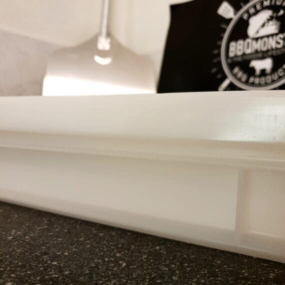 Deglåda Jäslåda för pizzadeg Börjar du bygga upp din egen pizza-studio där hemma? Då är det kanske dags att även satsa på en äkta deglåda och jäslåda för pizzadeg! Deglåda, Jäslåda, deglåda för pizza, plastlåda för pizzadeg, pizzadeg låda är andra namn på samma pryl. Denna deglåda är av exakta typen och kvaliteten som används av proffsen. Lådan håller måtten 60cm x 40 cm samt är 7 cm hög. Genom att använda en deglåda med lock (vilket ingår i detta paket) så slipper du fumla med gladplast och locket är gjort för att vila på lådan och tillåta att luft passerar i lagom mängd även om du staplar flera lådor på varandra (locket sitter därför inte tätt till 100%). En jäslåda som denna kan användas till pizzadeg och pizzabollar men såklart även till andra ändamål som ställer krav på livsmedelsgodkänd plast som är gjort för att hålla år efter år. Materialet är vridstyvt vilket för att det inte finns någon risk att lådan viker sig eller böjer sig även om den är fullastad med pizzadeg.