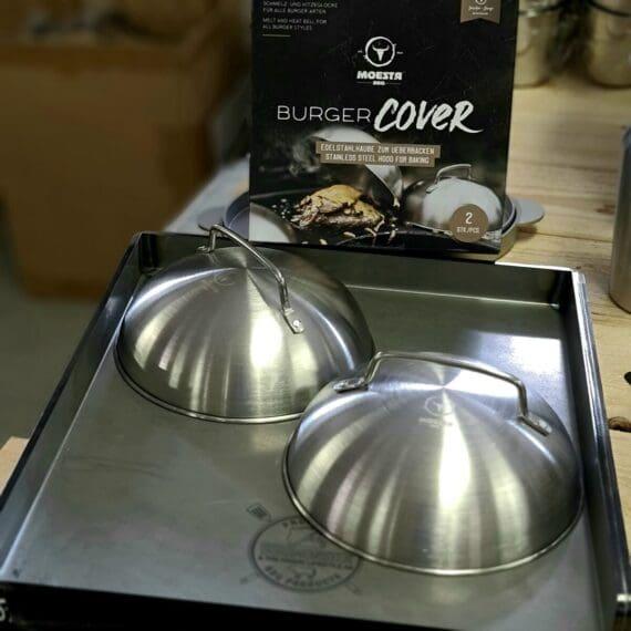 """Smältkupa för hamburgare, 2pack - Burger Cover Burger Cloche i rostfritt stål Två pack """"Burger cloche"""" - smältkupa som du placerar över din burgare för att få osten att smälta ut perfekt! En Burger Smältkupa - Burger cloche smälter inte bara osten, den hjälper dig också att hålla en burgare varm fram till servering. Smältkuporna är gjorda i rostfritt stål som har försetts med ett handtag och de gör garanterat sitt jobb! Diametern på denna Burger cloche är 17,5 cm i innermått vid sidan som vilar mot underlaget, innermåttet för höjden är 6 cm."""