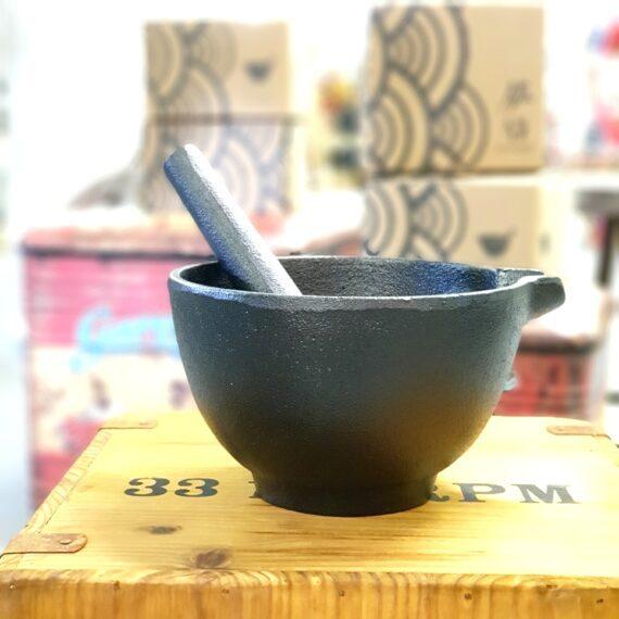 Mortel gjutjärn Äntligen en Mortel som rymmer mer än 37 svartpepparkorn - hurra! Denna mortel är gjord i gjutjärn, likaså är stöten. Morteln har ett djup på hela 9cm och en övre diameter på 15cm. Denna storlek öppnar upp för att du verkligen kan använda den till mer än att krossa kryddor. Du kan krossa frukter, grönsaker och annat som kräver lite utrymme. Att göra guacamole eller pesto i en mortel är inte helt fel och de gånger du gör en mer flyktig sås kommer du bli glad över hällpipen. Grovt gjutjärn i både mortel och stöt gör att du får rejäl friktion och det blir enklare att fånga in och krossa pepparkorn som annars gärna helst rasslar rundor i botten. Tyngden (2.5 kg) av gjutjärnet gör att denna mortel står stabilt även när du vevar på å det grövsta. Så ställ upp marmormorteln på hyllan och låt denna mortel i gjutjärn pryda sin plats i köket, och använd den ofta - det är då en mortel mår som bäst.