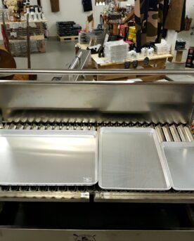 3st olika Aluminium Brickor /Tallrikar Detta är ett paket där du får 3 olika aluminium brickor / tallrikar som du kan använda till en mängd olika saker. Serien är mycket populär och du kan komplettera med fler delar, vilka du hittar samlade på denna länk Den minsta brickan har måttet 33x24 cm och har en kant på knappa 3 cm. Detta är den perfekta och mest autentiska BBQ-tallriken som du kan köpa i Sverige. Denna storlek ryms på sidoborden på kamado joe och andra kamados, perfekt som avlastningsyta för färdigt kött. https://bbqmonster.se/produkt/bbq-tallrik-alu-plate-332426-serveringsbricka/ Nästa storlek är den kylskåpsanpassade brickan. Denna kan även användas som en större tallrik, en tallrik som rymmer även de största beef ribs, brisket och massor av side dishes. Storleken är 45x33 och en kant på ca 3cm och ryms även i de flesta ugnar och blir då en utmärkt aluminumplåt för bakning eller för pommes och potatis. https://bbqmonster.se/produkt/kylskapsanpassad-bbq-alu-bricka-45333-for-upplaggning-kyl-elller-ugn/ Den största brickan är mäktig. Den är den perfekta brickan för att lyfta fram dina skapelser till bordet men det är en bricka som du har nytta av redan innan du börjar grilla ditt kött...denna stora aluminiumbricka är nämligen även det perfekta underlaget när du rubbar kött, ribs, fisk mm mm. https://bbqmonster.se/produkt/bbq-alu-bricka-xl-60403cm-underlagg-vid-rubbing-serverin/ God ledningsförmåga I kylen blir aluminium snabbt svalt och den obehandlade ytan gör att ditt kött vilar tryggt. I grillen eller ugnen så blir materialet snabbt varmt. Robust och obehandlad En stabil, stark och mycket användbar BBQ Alu Bricka - en kvalitet som du inte sett innan! BBQmonster skulle vilja påstå att detta är marknadens mest stabila och robusta BBQ Alu Bricka som också passar som droppfat / droppskål (i stora smokers) och serveringsbricka. Grymt snygg och praktisk BBQ Bricka i obehandlad Aluminium. Skapar den rustika BBQ, grill och Steakhouse-känslan. Blir bara snyggare m