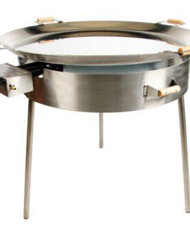 """Stekhäll Rostfritt stål på mäktiga 96cm i diameter En mäktig syn - närmre 1 meter stor stekhäll i rostfritt stål. Stekhäll 96 cm Tillverkat i Europa och uppskattat av både professionella kök som privata grillnördar som önskar inget annat än det bästa. Rostfritt är för dig som uppskattar att ytan på stekhällen håller sig """"ren"""" och fri från rost år efter år. Underhåller blir minimalt. Det enda som du byter bort är en något bättre ledningsförmåga som du finner i kolstål (finns såklart en sådan version av denna stekhäll också om du är intresserad). Idag finns det en uppsjö av stekhällar på marknaden, vissa är inte värda namnet """"stek"""". Ett bättre namn skulle för vissa hällar vara """"kokhällar"""" då ett f för tunt material inte kommer göra annat än trycka ut vätska ur råvaran och därefter inte ha kraften att leda bort vätskan genom kondensering. Jämför med att steka kött i en tunn teflonpanna eller robust tungt stekjärn av kolstål. Tjockare gods ackumulerar energi (värme +) och när kall råvara läggs dit (energi -) finns det goda möjligheter att det """"fräser till"""" och """"stekning"""" per definition är uppnådd. För att lyckas kondensera vätska krävs a) effektiva brännare - check! b) tjockbottnad stekhäll - check! (5mm!) För användarvänligheten gör det sen inte något om följande finesser existerar: pålitlig elektrisk tändning - check! Inre och yttre brännare med separata reglage för två värme-zoner - check! hög kant för att undvika att maten hamnar utanför - check! (5cm) tredubbelt vindskydd runt brännaren för mindre värmeförlust och optimalt skydd mot utblåsta brännare - check! Stekhällen monteras på ett par minuter och ändå är den bland det mest robusta du kan finna på marknaden. Stekhällen kommer komplett med regulator och det enda du behöver addera är råvaran och en gasoltub."""
