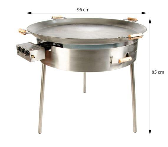 """Stekhäll kolstål på mäktiga 96cm i diameter En mäktig syn - närmre 1 meter stor stekhäll i kolstål. Stekhäll 96 cm Tillverkat i Europa och uppskattat av både professionella kök som privata grillnördar som önskar inget annat än det bästa. Kolstål är för dig som vill ha högsta möjliga ledningsförmåga och därmed optimalt STEKYTA. Det enda som du byter bort är att du behöver visa stekhällen lite mer kärlek än om du väljer rostfritt (det finns såklart en rostfri version av denna stekhäll också om du är intresserad). Kolstål rostar alltså lätt men det är inte svårare än att du tar för vana att alltid diska i varmvatten (direkt över brännarna) och efteråt smörja in det med olja/fett. Idag finns det en uppsjö av stekhällar på marknaden, vissa är inte värda namnet """"stek"""". Ett bättre namn skulle för vissa hällar vara """"kokhällar"""" då ett f för tunt material inte kommer göra annat än trycka ut vätska ur råvaran och därefter inte ha kraften att leda bort vätskan genom kondensering. Jämför med att steka kött i en tunn teflonpanna eller robust tungt stekjärn av kolstål. Tjockare gods ackumulerar energi (värme +) och när kall råvara läggs dit (energi -) finns det goda möjligheter att det """"fräser till"""" och """"stekning"""" per definition är uppnådd. För att lyckas steka råvaran är följande ett måste: a) effektiva brännare - check! b) tjockbottnad stekhäll - check! (5mm!) För användarvänligheten gör det sen inte något om följande finesser existerar: pålitlig elektrisk tändning - check! Inre och yttre brännare med separata reglage för minst två värme-zoner - check! (denna har 3 st) hög kant för att undvika att maten hamnar utanför - check! (5cm) tredubbelt vindskydd runt brännaren för mindre värmeförlust och optimalt skydd mot utblåsta brännare - check!"""
