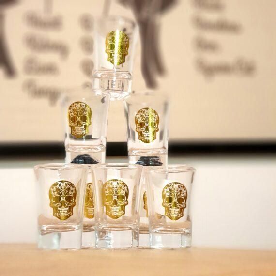 8-pack Snapsglas (shot glas) Sugar skulls är populära och tidlösa motiv. Ett snyggt glas med guldfärgade dödskallar som gör sig fint med Tequila. Kombinera gärna med serveringsfat i glas med liknande motiv glasfat eller dricksglas . 4cl höjd: 65mm, botten: 30mm toppen: 43mm Priset är för 8 glas.