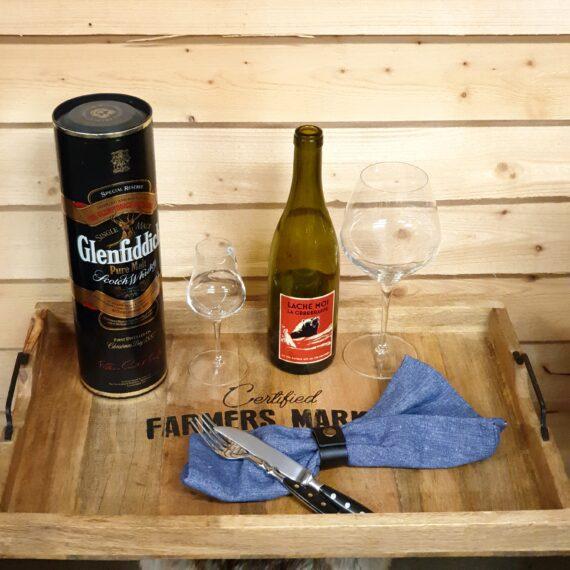 """Bricka """"L"""" i trä med handtag i svartsmide - vintage shabby av mangoträ Denna bricka i storlek """"L"""" i trä (mangoträ) har handtag av svartsmide. Varje bricka är unik och har gjorts för att se ut som att den har serverat många glas vin genom åren. Brickan av mangoträ är både praktisk och snygg och passar utmärkt på både julbordet, midsommarafton och kräftskivan. Ha den som en serveringsbricka för vin, frukt eller småplock. Måttet på denna bricka med handtag är: Längd: 57cm Bredd: 38cm Höjd: 5cm Om mangoträ: Mangoträ är i hårdhet likt Ek och är formstabilt. Materialet till denna serie med brickor och skärbrädor kommer från träd som slutat producera frukt och är därav ett hållbart val. Träet är grundinoljat för att förhindra sprickbildning. Torka av ytan noggrant med en trasa doppad i ljummet vatten och torka torrt. För att underhålla träet kan du använda en olja för köksbänkar."""