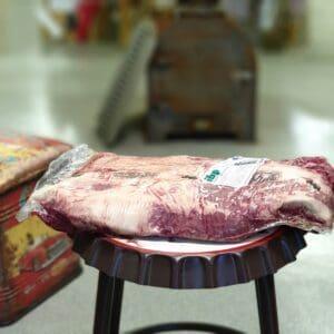 Brisket grainfed black angus flat vikten ligger oftast mellan knappa 3kg till dryga 4kg kör köttet i ca 110grader tills att innertempen är runt 93 grader. Placera i slaktarpapper och låt vila ned sig till ca 70 grader.