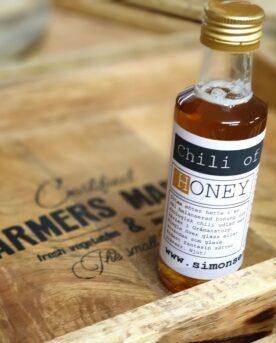 """Honung med Habanero Chili - chilihonung Detta är något så unikt som en flytande honung, opastöriserad, som får möta hetta från den fruktiga Habanero Chili! Sött och hett går hand i hand då sötman låter dig uppleva hettan på ett mer """"förståeligt"""" sätt. På något sätt hjälper sötman, i detta fallet från honung, till att frigöra smaker som annars kanske mest hade upplevts som hett och """"starkt"""". Testa denna Chilihonung på dina revben, ringla det över den grillrökade laxen, över vaniljglassen eller gör en kall sås till dina Tacos av fet crèmefraiche och en skvätt av denna honung - så jäkla mmmmmm. Chilihonung med opastöriserad honung är en lokalproducerad Honung från Simonsens Farm. Innehåller Svensk Honung, Ekologisk odlad chili samt fruktsocker (för att göra honungen flytande)"""