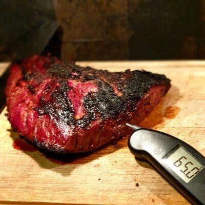 Flapmeat av grainfed black angus är en snabbgrillad styckdetalj som EJ skall förväxlas med flank. Flap eller flap meat sitter nedanför ryggbiffen men ovanför flanken. Biten är mör och skall grillas över riktigt het glöd. Köttet vinner inget på att köras low and slow
