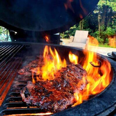 """Secreto av Ibericogris är en snabbgrillad delikatess som styckas fram från hals/nacke på den fina Iberico grisen. En snabb grillning där du med fördel låter lågorna slicka köttet hårt. Rubba med en rub som släpper fram smakerna. Testa gärna """"grisen från Iberico"""" från RubsByBBQmonster en rub med mycket örter som kompletterar sältan (och råsockret) väl"""