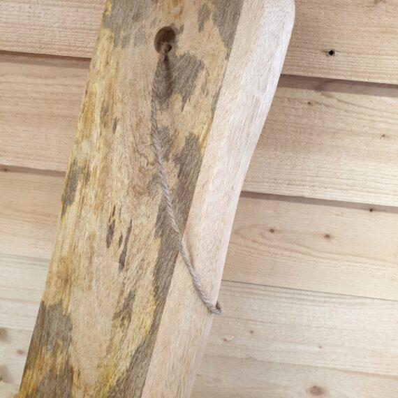 """Skärbräda 39cm x10 mangoträ - vintage shabby av mangoträ Denna skärbräda / charkbricka av trä (mangoträ) blir ett blickfång och praktiskt tillbehör i köket, väldigt instagramvänlig look. Varje skärbräda / bricka är unik och har gjorts för att se ut som att den har serverat många """"goa"""" saker genom åren. Skärbrädan / brickan av mangoträ är både praktisk och snygg och passar utmärkt på både julbordet, midsommarafton och kräftskivan. Använd den som en skärbräda och serveringsbricka för ost, ölkorv, salami, frukt och annat småplock. Måtten på denna skärbräda / charkbricka är: Längd: 39cm Bredd: 10cm Tjocklek: 1cm Om mangoträ: Mangoträ är i hårdhet likt Ek och är formstabilt. Materialet till denna serie med brickor och skärbrädor kommer från träd som slutat producera frukt och är därav ett hållbart val. Träet är grundinoljat för att förhindra sprickbildning. Torka av ytan noggrant med en trasa doppad i ljummet vatten och torka torrt. För att underhålla träet kan du använda en olja för köksbänkar."""
