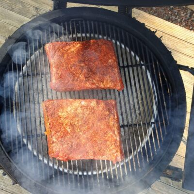 Beef ribs av grainfed black angus är bland det mäktigaste du kan göra i din smoker eller kamado använd med fördel kraftigt rökträ såsom hickory eller mesquite