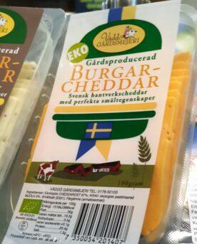 """Väddö Burgar-Cheddar original Från familjen Hedlund på Väddö kommer denna Svenska hållbara och klimatsmarta hamburgare-ost. En Cheddar-ost utan tillsatser, Svensktillverkad och ekologisk burgarcheddar som smälter ut perfekt över din burgare. Detta är den första Svensktillverkade burgarcheddaren en ost som lyfter din hamburgare till nästa nivå. Få har säkert missat att Väddö Cheddar har fått många omnämningar i socialamedier och även vid tävlingar och events med fokus på Hamburgare. Nu har du möjligheten att använda denna ost nästa gång du står där och komponerar din ultimata hamburgare! 4 råd från BBQmonster när det gäller att lyckas med en riktigt fin hamburger från grillen: Mal din egen färs! Den största skillnaden mellan en burgare och burgare är färsen. Här kan mixtra med olika blandning, högrev, tri-tip, Brisket, Talg, Bacon, Sidfläsk, varmrökt, kallrökt, chorizo...eller en kanske en bit pluma eller Secreto av Ibericogris…du bestämmer! Om du inte bara vill använda salt och en bra svartpeppar så rekommenderar BBQmonster att du testa BURGERKUNG - en kryddblandning från den egna serien med rubs och kryddblandningar som går under namnet #RubsByBBQmonster Skapa maximal värme i din grill, kamado eller gasolgrill. Kör du kolgrill så är tipset att du kör med Kamado Joe´s big block eller Pitmaster Quebracho Blanco alternativt den svensktillverkade kolen från Vindelkol. Viktigast - se till att använda dig av någon form av stekbord istället för galler. Gärna gjutjärn som kan ackumulera mer energi (värme) än andra material såsom kolstål eller aluminium. Detta ger dig maximala förutsättningar oavsett om du väljer att göra en klassisk hamburgare eller en så kallad """"smash burger"""". Med ett hett stekbord fastnar inte köttet och du får också en jämn karamellisering över hela köttytan (det skapar mycket smak jämfört med ränder från gallret). Använd en termometer av snabb modell typ TP15 från ThermPro eller BBQmonster snabbtermometer för att säkerställa att hamburgaren når upp til"""