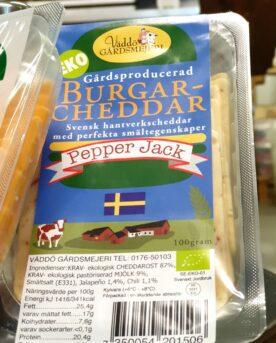 """Väddö Burgar-Cheddar Pepper Jack Från familjen Hedlund på Väddö kommer denna Svenska hållbara och klimatsmarta hamburgare-ost. En Cheddar-ost utan tillsatser, Svensktillverkad och ekologisk burgarcheddar som smälter ut perfekt över din burgare. Detta är den första Svensktillverkade burgarcheddaren en ost som lyfter din hamburgare till nästa nivå. Få har säkert missat att Väddö Cheddar har fått många omnämningar i socialamedier och även vid tävlingar och events med fokus på Hamburgare. Nu har du möjligheten att använda denna ost nästa gång du står där och komponerar din ultimata hamburgare! 4 råd från BBQmonster när det gäller att lyckas med en riktigt fin hamburger från grillen: Mal din egen färs! Den största skillnaden mellan en burgare och burgare är färsen. Här kan mixtra med olika blandning, högrev, tri-tip, Brisket, Talg, Bacon, Sidfläsk, varmrökt, kallrökt, chorizo...eller en kanske en bit pluma eller Secreto av Ibericogris…du bestämmer! Om du inte bara vill använda salt och en bra svartpeppar så rekommenderar BBQmonster att du testa BURGERKUNG - en kryddblandning från den egna serien med rubs och kryddblandningar som går under namnet #RubsByBBQmonster Skapa maximal värme i din grill, kamado eller gasolgrill. Kör du kolgrill så är tipset att du kör med Kamado Joe´s big block eller Pitmaster Quebracho Blanco alternativt den svensktillverkade kolen från Vindelkol. Viktigast - se till att använda dig av någon form av stekbord istället för galler. Gärna gjutjärn som kan ackumulera mer energi (värme) än andra material såsom kolstål eller aluminium. Detta ger dig maximala förutsättningar oavsett om du väljer att göra en klassisk hamburgare eller en så kallad """"smash burger"""". Med ett hett stekbord fastnar inte köttet och du får också en jämn karamellisering över hela köttytan (det skapar mycket smak jämfört med ränder från gallret). Använd en termometer av snabb modell typ TP15 från ThermPro eller BBQmonster snabbtermometer för att säkerställa att hamburgaren når upp """