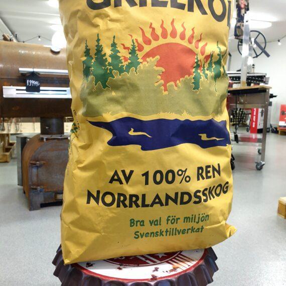 """Grillkol 100 % Svensk Kol från Vindelkol Vindelkol är en till 100% Svensk naturprodukt från Norrland. Det är ett fysiskt lätt kol som säljs på volym (ej vikt) - här 50 liters säck. Råvaran kommer från Norra Skogsägarna i form av avkap från träindustin. Förutom råvara från Norra Skogsägarna används gallringsvirke direkt från skogen i närområdet för produktionen. Kolet innehåller blandade träslag men aldrig gran. Karaktär Kolet från Vindelkol är mycket enkelt att tända och på 10 minuter har du en bra glöd. Glöden brinner hett och lugnt även vid hög temperatur. Glöden varar inte i närheten så länge som hårdträ likt Quebracho eller Marabu men detta kol har alltså sina styrkor på den snabba glöden som skapas och värmeutvecklingen. Fraktionerna av trä av varierande storlek men överlag väldigt lite """"brös"""" i säckarna. Kolen lämnar en del aska efter sig (men fortfarande mindre än vad briketter gör). Råd och tips för att tända grillkol från Vindelkol Eftersom att BBQmonster bedömer denna kol vara bäst lämpad för snabbgrillningar (Hot & Fast) så är tipset anpassat för just hetast möjliga glöd. Bygg en pyramid av en hög med kol. Hitta tre till fyra hålrum i basen av pyramiden där du stoppar in luktfria tändkuber. Tänd dessa med en stormtändare. Lägg på gallret så får du automatiskt en rengöring av det medans glöden tar sig. Låt grillen ta in maximalt med syre (öppna reglage i botten av en klotgrill och locket av). När tändkuberna brunnit ut kan du påta ut kolen med en askraka, låt kolbädden finns rakt under den yta av gallret som skall användas. Borsta av gallret och låt därefter resterna från gallret brinna upp och kolbädden nå sin maximala värme innan du lägger på din maträtt."""