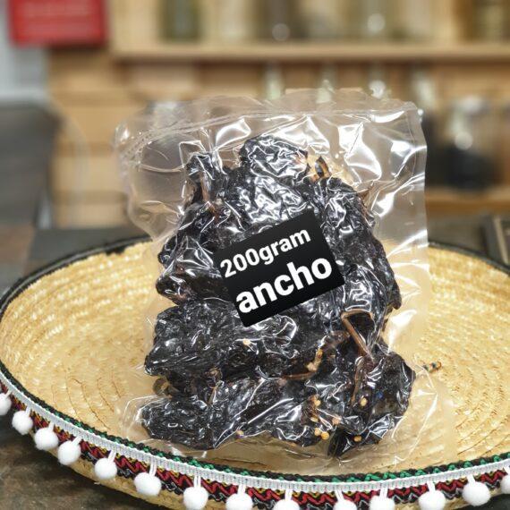 Ancho chili - 200 gram torkad chilifrukt Ancho chili är gjord på en chilisort vid namn Poblano, (en mogen Poblano skall tilläggas) vilken fått torka ibland i ugn men utan rök. Under torkningstiden förändras smaken rejält (jämför druvor vs. russin). Till formen är Anchon en bred och kraftig, lite droppformad. Skalet är till färgen mörkbrunt med lite inslag av rött. Skalet är tjockt, knottrigt och köttigt. Många anser att Ancho Chili är den mest användbara torkade chilisorten. Den är knappt ljummen när det gäller styrkan (oftast under 2000 Scoville), istället är den söt, med toner av mörk choklad, russin, korinter och fikon. Koka den i vatten tillsammans med Chipotle, Guajillo och kanske en buljongtärning och lite muscvado socker, och låt den puttra en kvart. Mixa därefter med stavmixer och du har grunden för en Beef chili Taco gryta eller en BBQ - sås Nettovikt 200 gram (oftast 12 stora chilifrukter eller upp mot 2o mindre)