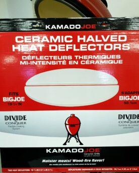Deflektorstenar original Big Joe Har olyckan varit framme? Dessa deflektorstenar (engelska Heat Deflectors) passar Kamado Big Joe och andra kamados i storleken runt 61 cm. Formatet är en halvmåne och i priset ingår 2 stycken. Vad är en deflektorsten / heat deflector? Deflektorstenar har till uppgift att skärma bort den direkta strålningsvärmen från glödande kol (eller briketter). Genom detta skapa en yta för indirekt grillning rakt ovanför stenen. På stenen kan man placera en droppskål eller droppanna. Vissa använder engångsformar i aluminium, andra klär in stenarna i folie. Ett enkelt sätt att hålla stenarna rena är att vända den smutsiga sidan nedåt, mot kolen, efter genomförd grillsession. Genom detta bränner du bort rester från sås och köttsaft. När stenen svalnat kan du borsta av de förkolnade resterna med en grov rotfruktsborste. Tips: köp BBQmonsters BBQ gloves så kan du hantera stenarna på ett tryggare sätt än med grytlappar eller tänger.