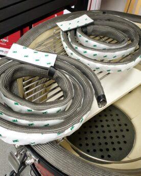 Nya packningen till Kamado Joe KJ-GAC23 Uppgradera din 47 cm Kamado med den mycket rejäla packningen KJ-GAC23 gjord glasfiber från Kamado Joe Kamado Joe leder och driver utvecklingen av Kamados och här är packningen som tog övriga tillverkare på sängkanten när den kom på marknaden 2017. En mer rejäl packning behöver man inte leta efter. Tänk dig en kaminpackning på steroider. En fördel utöver den bättre hållbarheten är att den obefintliga friktionen gör att packningen KJ-GAC23 är mindre benägen att frysa samman (vilket en fuktig filtpackning lätt gör). Det är dock att rekommendera att du vid frost och frysgrader är lite mer försiktig när du öppnar locket och inte bara sliter upp det. I paketet ingår två glasfiberpackningar färdiga att passa för Kamado Joe Classic RHC och mest troligt alla övriga 47cm Kamados. Detta är alltså ett kit med glasfiberpackning för både kamadons kropp och lock. Nya Glasfiberpackningen KJ-GAC23 kommer med dubbelhäftande tejp (3M). Se till att din Kamado är fullständigt ren och torr på ytan där packningen skall limmas fast. Använd en varmluftspistol om det krävs. På så vis kan du få bort limrester och fett. Skrapa rent med ett rakblad.