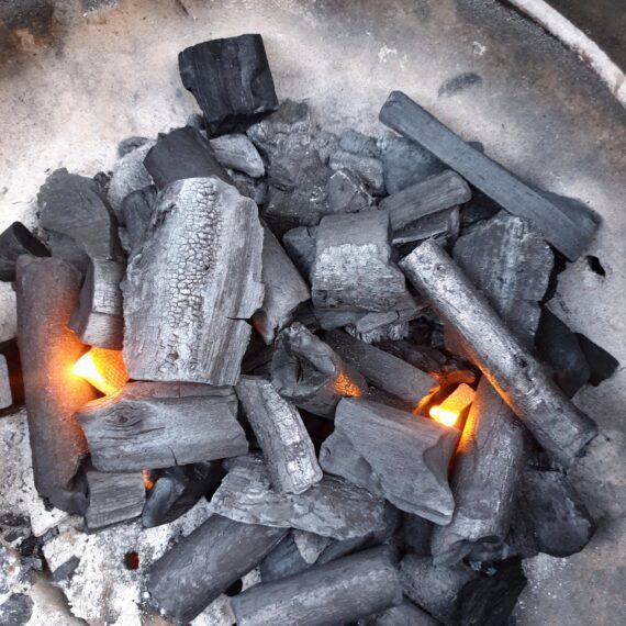 """Grillkol av Ek och Björkträ - 10kg - snabbt fin glöd Grillkolen av Ek och Björk är en bra blandning för dig som söker en snabbstartad kol med god doft! Grillkolen från BestCharcoal av EK och Björk är en snabbstartad kol som håller sin temperatur i ett antal timmar. Detta är kol som kan fungera för längre grillningar om du tänder den försiktigt men anledningen till att alltid ha en säck hemma är för grillningar där du önskar komma igång med grillningen utan fördröjningar. Stora bra bitar av ren och fin kol med ursprung Europa. Du kan med ögat se att detta är en fin kol och när du känner doften så är du såld! Grym! Björk är lätt att tända Ek är stabilt och tungt trädslag som ger en underbar doft. Kol av Björk och Ek rekommenderas till dig som vill köra grillning och het searing av skivor av kött, hamburgare och hela bitar kött som ryggbiff, oxfilé, fläskfilé biffar som skall gå i temperaturer runt 150 grader i upp till ett par timmar. Kolen kan även användas för low & slow men rent allmänt rekommenderar BBQmonster hellre Pitmasters Marabu kol eller Kol av Quebracho Blanco för långkörningar (över 5 timmar). Beskrivning Kolen är består av fina rena bitar i form av knapp knytnäve stora bitar och """"pinnar"""" på upp till 15cm. Kolen är helt luktfri när du luktar i påsen, vilket man alltid bör kunna förvänta sig men som ändå inte kan tas för givet. Variationen av storlek är uppskattat då fler och fler föredrar detta framför enbart stora bitar - detta skapar en jämnare övergång mellan kolbitarna när de succesivt antänds under low & slow-sessionen. Det går också snabbare att få full glöd på """"lagom"""" stora bitar. Karaktär Kol från Ek och Bok doftar riktigt gott, glöder hett men är tillräckligt hårt för att du genom strypning skall kunna återanvända kolen till nästa grillning. Råd och tips för low & slow: Glödtiden är lång vid korrekt antändning lång. Korrekt antändning innebär att man ej antänder mer än en liten del av kolhögen med en tändkub och låter därefter kolen antändas vare"""
