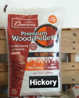 """Pellets Camerons Hickory 9kg högkvalitativa MADE IN USA PELLETS - 100% Hickory Hickory Pellets från Camerons för Pellets smokers. Camerons Hickory pellets innehåller 100% rent trä från Hickoryträdet (amerikansk valnöt). Pellets från Camerons kan användas i alla pelletsmokers. Storleken på denna pellets är något tunnare än exempelvis Traeger, detta gör pelletsen mindre benägna att suga åt sig fukt och enligt många minskar risken att pellets fastnar på kanten på väg ned mot skruven. Hickory är en klassiker som inte bara blir till handtag på hammare och yxor, det är också en klassiker som hjälper oss """"grillers"""" att skapa god rök för Brisket och Beef ribs. För många är pellets-grillare är det en oskriven lag att """"alltid minst 1 säck hickory pellets i förrådet i fall ryssen kommer"""". Denna säck med högkvalitativa pellets är på drygt 9kg Camerons Pellets är en naturprodukt utan tillsatser. Genom att använda olika sorters pellets kan du skapa nya smaker på kött, fisk eller grönsaker. Tips: om du kallröker med rökspån i din vanliga grill så testa använda pellets. Kunder rapporterar att de framgångsrikt skapat sval rök av pellets. Du kan även använda pellets istället för rökved, woodchips och flis - testa dig fram! Made in USA Vikt 9 kg"""