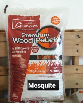 """Pellets Camerons Mesquite 9kg högkvalitativa MADE IN USA PELLETS - 100% Mesquite Mesquite Pellets från Camerons för Pellets smokers. Camerons Mesquite pellets innehåller 100% rent trä från Mesquiteträdet. Pellets från Camerons kan användas i alla pelletsmokers. Storleken på denna pellets är något tunnare än exempelvis Traeger, detta gör pelletsen mindre benägna att suga åt sig fukt och enligt många minskar risken att pellets fastnar på kanten på väg ned mot skruven. Mesquite är ett träd som kan växa i de mest karga miljöer. Rötterna kan breda ut sig rejält för att sörpla vatten från andra träd - därav inte den populäraste """"grannen"""" i Texas...inte om du frågar runt bland andra träd och buskar. Mesquite ger en ifrån sig en lika kraftig rök som Hickory men dofterna är inga konkurrenter. Mesquite uppfattas som en fetare rök en rök som gör sig mycket bra till Vildsvin men även Tex-Mex inspirerad mat såsom texmex pulled beef och olika former av pulled chicken eller chicken fajitas. Denna säck med högkvalitativa pellets är på drygt 9kg Camerons Pellets är en naturprodukt utan tillsatser. Genom att använda olika sorters pellets kan du skapa nya smaker på kött, fisk eller grönsaker. Tips: om du kallröker med rökspån i din vanliga grill så testa använda pellets. Kunder rapporterar att de framgångsrikt skapat sval rök av pellets. Du kan även använda pellets istället för rökved, woodchips och flis - testa dig fram! Made in USA Vikt 9 kg"""