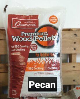 Pellets Camerons Pecan 9kg högkvalitativa MADE IN USA PELLETS - 100% pecan Pecan Pellets från Camerons för Pellets smokers. Camerons Pecan pellets innehåller 100% rent trä från Pecanträd. Pellets från Camerons kan användas i alla pelletsmokers. Storleken på denna pellets är något tunnare än exempelvis Traeger, detta gör pelletsen mindre benägna att suga åt sig fukt och enligt många minskar risken att pellets fastnar på kanten på väg ned mot skruven. Pecan ger som de flesta nötträd en kraftfull rök men Pecan uppfattas något sötare och inte lika vasst som Hickory (som är amerikans valnöt!). Röken från Pecan Pellets är grym till bland annat beer can chicken men tveka inte att köra Pecan som en allround pellets. Den har tyngd och sötma som sina attribut. Denna säck med högkvalitativa pellets är på drygt 9kg Camerons Pellets är en naturprodukt utan tillsatser. Genom att använda olika sorters pellets kan du skapa nya smaker på kött, fisk eller grönsaker. Tips: om du kallröker med rökspån i din vanliga grill så testa använda pellets. Kunder rapporterar att de framgångsrikt skapat sval rök av pellets. Du kan även använda pellets istället för rökved, woodchips och flis - testa dig fram! Made in USA Vikt 9 kg