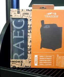 Regnskydd Traeger Pro 575 Regnskydd för Traeger pelletsmoker PRO 575 med artikelnummer BAC 556 - Skydda din godbit. Med ett regnskydd minimerar du risken för att fukt ställer till med blöta pellets, så håll din smoker redo för att användas och maximera livslängden. Detta regnskydd är skräddarsytt för PRO 575.