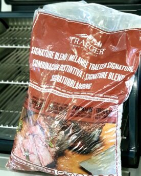 Pellets Traeger Signature blend Traeger Signature blend Pellets från Traeger för Pellets smokers. Traeger Signatur blend innehåller en mix av Hickory, Lönn och Körsbär. Denna mix skapar en både djup, söt och kraftfull rök och kan kombineras med allt! Traeger Signature blend ger fantastisk doft och ger en god smak oavsett om du rökar fågel, viltkött, gris- eller nötkött. Det är svårt att hitta en pellets som luktar bättre än denna. Denna säck är på ca 9kg Traegers träpellets är av absolut högsta kvalitet och med en garanterad renhet. Genom att använda olika sorters pellets kan du skapa nya smaker på kött, fisk eller grönsaker. Tips: om du kallröker med rökspån i din vanliga grill så testa använda pellets. Kunder rapporterar att de framgångsrikt skapat sval rök av pellets. Made in USA Vikt 9 kg