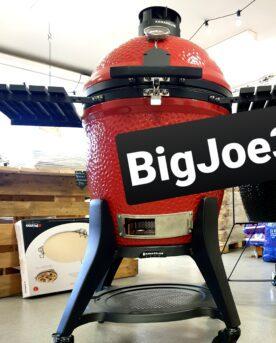 """Kamado Joe - Big Joe 3 iii III Med en hydda värdig en Ardenner-häst bröstar den upp sig - en mäktig syn och en sällsynt massiv grill för allt från rökning av kött och fisk till, BBQ och vidare till Grillning över het glöd eller Pizza i 350 grader - Kamado Joe möter alla dina krav (annars får du gå till psykolog). Kamado Joe Big Joe 3, eller Kamado Joe Big Joe III som den också kallas, sätter en ny standard för vad välbyggd och genomtänkt innebär. Det är inte bara välbyggt, det är välpackat och genomtänkt till en nivå som du sällan stöter på. För dig som var med om bytet från en """"GSM-telefon"""" till en Iphone kanske kommer ihåg hur överraskande hög kvalitetskänslan var på boxen den kom i, hur välpackat det var och hur fräscht magnetlåset kändes när du vek upp ena långsidan - precis samma känsla sprider sig inom ett BBQmonster när en Kamado Joe Big Joe 3 packas upp - k-v-a-l-i-t-e-t ! För att nämna en liten, liten detalj från uppackningen så stannar tanken på valet att sätt 4mm tjocka gummitoppar på hjulens gängor - allt för att skydda och undvika ett jack i en gänga som skulle göra monteringen svår eller omöjlig - genialt. Det finns en trio av varumärken som passar in på begreppet Premiumtillverkare av Kamados, en Grön (Big green Egg), en Svart (Primo) och sen den Röda Kamado Joe. Det som kännetecknar samtliga i denna trio är att det är stolta tillverkare med koll på kvaliteten. Det som skiljer ut Kamado Joe från de övriga två är att du som konsument får en komplett utrustad Kamado out the box och till detta fler innovationer som kommer dig som användare till nytta. Tester som gjorts sedan 2017 pekar tydligt på att Kamado Joe är det bästa köpet för merparten av konsumenterna - och det är ingen högoddsare att den nya Kamado Joe Big Joe III kommer att svepa fram som en het ökenvind och sopa rent i kritikernas jakt på den ultimata kamadon. För dig som användare är Kamado Joes nyare modeller utrustade med en fjäderbalanserad lucka (lock) vilket skall ses som en mindre livf"""