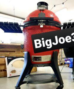 Kamado Joe - Big Joe 3 iii III Med en hydda värdig en Ardenner-häst bröstar den upp sig - en mäktig syn och en sällsynt massiv grill för allt från rökning av kött och fisk till, BBQ och vidare till Grillning över het glöd eller Pizza i 350 grader - Kamado Joe möter alla dina krav (annars får du gå till psykolog). Kamado Joe Big Joe 3, eller Kamado Joe Big Joe III som den också kallas, sätter en ny standard för vad välbyggd och genomtänkt innebär. Det är inte bara välbyggt, det är välpackat och genomtänkt till en nivå som du sällan stöter på. För dig som var med om bytet från en
