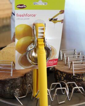 Mexican Elbow - en klassisk Citruspress Stoppa pressarna - denna citruspress är verkligen smidig och du behöver inte vara hulken för att få ut sista droppen ur lime eller citron - med utväxlingen så får du krafter du inte anande att du hade...mer lemonade till folket! Dela frukten på mitten, placera fruktytan mot hålen och tryck - klart. Kan diskas i diskmaskin om du känner för det. Tips: Passar både lime och citroner. utväxling som ger dig kraft (tänk kuggkjul...) enkel att rengöra och klarar diskmaskin klassisk design