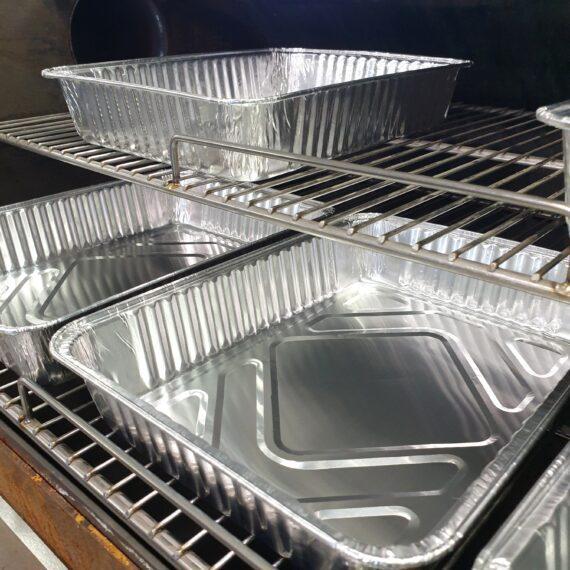 Aluminiumform Droppskål Droppfat i 5-pack 32x22 cm Smidigt och prisvärt 5-pack av droppfat / droppskål av aluminium. Detta 5-pack av aluminiumformar tänkta som droppfat och droppskål har måtten 24,5cm x 19 cm med en hög kant på 4,5 cm Dessa droppfat /droppskålar passar perfekt under steken, fläskesteken, julskinkan eller kanske din beer can chicken. Med ett droppfat eller droppskål under köttet eller fågeln så slipper du risken för fettbrand som beror på fett som droppar ner och antänder kolen mer än du önskar. Med ett droppfat eller droppskål kan du också samla upp drippet och droppet och på så vis är grunden till skysåsen eller den hemmagjorda BBQ-såsen lagd. Dessa aluminiumformar kan givetvis även användas för att tillaga grönsaker, potatis eller baka bröd i med mera. Tips: Du kan använda dessa aluminiumformar för hjälpa till att sänka tempen eller stabilisera temperaturen i din grill (exempelvis som du vill köra BBQ i en Klotgrill typ Weber 57). Genom att placera in fat fyllda med kallt vatten så kommer tillgänglig energi (värme) att till viss del stjälas av vattnet som då kondenseras. Detta är samma princip som lagt grunden för Bulletsmokers likt Smoky Mountain. Du kan med fördel dela upp kolgallret i två delar med hjälp av dessa formar. Sidan om kolen har du formen med vatten. Ovanför formen har du köttet och sen på gallret, ovanför kolen, har du ytterligare en skål med vatten. Nu har du lagt grunden för en stabilare och lägre temp i din klotgrill. Om du önskar ytterligare avdelade zoner så använder du en form för att vertikalt dela upp grillen i en indirekt zon som är separerad från glöden. Tänk på att sätt toppventilationen på sidan där köttet ligger - på så vi ser du till att merparten av röken dras över köttet och inte direkt ut i kosmos... Detta är ett 5-pack med aluminium formar som passar utmärkt som engångsdroppskålar i en weber57 klotgrill eller i en kamado. I en Kamado med delade delflektorstenar passar dessa aluminiumformar perfekt på en av dessa. S