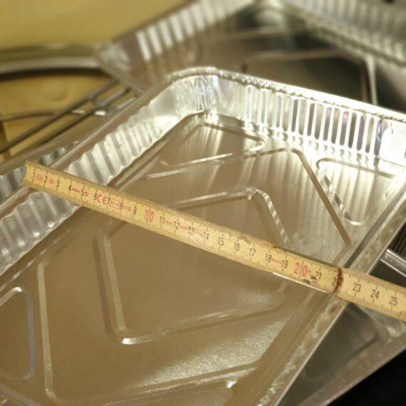 Aluminiumform Droppskål Droppfat i 5-pack 32x22 cm Smidigt och prisvärt 5-pack av droppfat / droppskål av aluminium. Detta 5-pack av aluminiumformar tänkta som droppfat och droppskål har måtten 32,5cm x 22,5 cm med en lagom hög kant på 3,2 cm Dessa droppfat /droppskålar passar perfekt under steken, fläskesteken, julskinkan eller kanske din beer can chicken. Med ett droppfat eller droppskål under köttet eller fågeln så slipper du risken för fettbrand som beror på fett som droppar ner och antänder kolen mer än du önskar. Med ett droppfat eller droppskål kan du också samla upp drippet och droppet och på så vis är grunden till skysåsen eller den hemmagjorda BBQ-såsen lagd. Tips: Du kan använda dessa aluminiumformar för hjälpa till att sänka tempen eller stabilisera temperaturen i din grill (exempelvis som du vill köra BBQ i en Klotgrill typ Weber 57). Genom att placera in fat fyllda med kallt vatten så kommer tillgänglig energi (värme) att till viss del stjälas av vattnet som då kondenseras. Detta är samma princip som lagt grunden för Bulletsmokers likt Smoky Mountain. Du kan med fördel dela upp kolgallret i två delar med hjälp av dessa formar. Sidan om kolen har du formen med vatten. Ovanför formen har du köttet och sen på gallret, ovanför kolen, har du ytterligare en skål med vatten. Nu har du lagt grunden för en stabilare och lägre temp i din klotgrill. Om du önskar ytterligare avdelade zoner så använder du en form för att vertikalt dela upp grillen i en indirekt zon som är separerad från glöden. Tänk på att sätt toppventilationen på sidan där köttet ligger - på så vi ser du till att merparten av röken dras över köttet och inte direkt ut i kosmos... Detta är ett 5-pack med aluminium formar som passar utmärkt som engångsdroppskålar i en weber57 klotgrill eller i en kamado. I en Kamado med delade delflektorstenar passar dessa aluminiumformar perfekt på en av dessa. Höjden på 3,2 cm gör att de med god marginal ryms under gallret. Söker du runda droppskålar - se här Alum