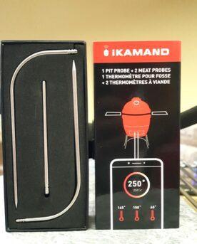 """iKamand Probe Kit Detta är ett set, ett kit med extra probes (mätnålar) för Kamado Joes iKamand. I detta probe kit finns det 3 probes (mätnålar): 1 för luft (trubbig nål för omgivningstempen) 2 för kött (spetsiga nålar) Om iKamand iKamand är en temperaturkontrollerande enhet utvecklad för Kamado Joe av """"BBQ class of Harvard"""" - en ny version av tempcontroller för din Kamado. iKamand är en byggd i en kompakt och gedigen kropp som har både elektronik och fläkt i samma enhet. Enheten placeras i det nedre luftintaget på din Kamado Joe. Därefter styr du och övervakar din Kamado över wifi med full koll genom app för din mobil. Med i paketet finns två probes, en för omgivningstempen (ambient / grillens temperatur) och en för köttet. Fler prober, upp till 3 köttprober kan kopplas till. Snabbfakta: iKamand version2 kan övervaka 3 olika köttdetaljer samt styra omgivningstemperaturen i din Kamado. Omgivningstemp-proben fästs på gallret. Om tempen avviker från det inställda drar fläkten in mer luft och ökar därmed tempen tills måltempen är nådd igen. Hur fungerar iKamand ver2? iKamand fungerar genom att styra luftflödet in i din Kamado, alltså via det nedre spjället. Eftersom att fläkten inte kan ta bort värme, bara stoppa luftflödet och därmed strypa glöden (och därefter sänka tempen) så bygger principen på att du håller toppventilen (daisy wheel, Control tower) så nära stängt som möjligt, dock aldrig helt stängt."""