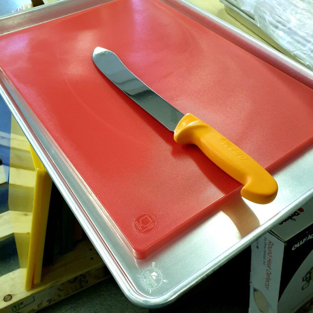 Skärbräda HDPE som passar helt perfekt i den 60x40 cm stora BBQ brickan i alu. Vikt på hela 3kg gör att den ligger stabilt. 2cm tjock gör den formstark.