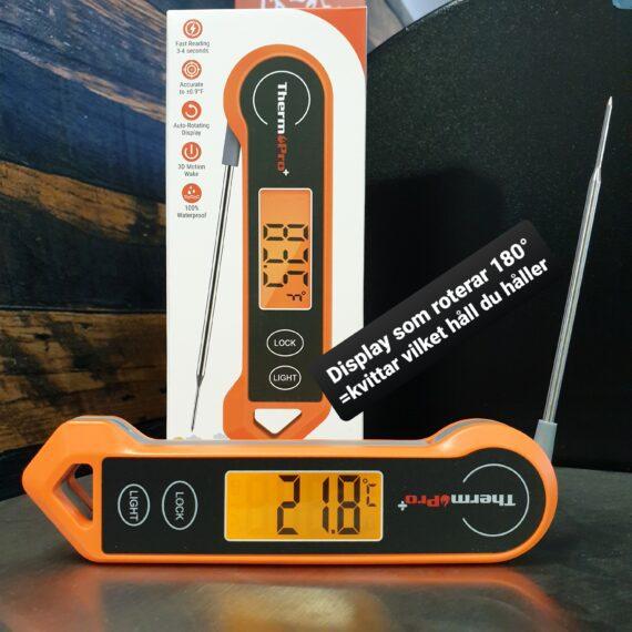 """Köttermometer TP-19H Köttermometer Thermopro TP-19H är en grymt gedigen snabbtermometer. En snabbtermometer är ett måste både ute vid grillen och i köket. Att denna termometer från Thermopro är vattentät och har auto on/off (stänger ner efter 90 sekunder) gör att du med gott samvete kan glömma den ute i sommarregnet... Denna köttermometer från Thermopro är snabb, riktigt snabb (3sek). Den är vattentät nog att klara diskas under rinnande vatten. Enkelt handhavande med tryckkänslig yta - alltså inga knappar där germs och bassilusker kan gömma sig. Displayen är STOR, tydlig och har en bra bakgrundsbelysning. Spetsig nål för mindre ingångshål. Noggrannheten är hög: +/-0,5 grader Celsius! Val av termometer Efter val av kol är valet av termometer kanske det viktigaste valet för en griller. I grundutrustningen hos varje seriös griller och foodie bör det finnas två sorters termometers: en stationär termometer med minst två stycken probes (nålar), gärna trådlös så att du enkelt kan övervaka längre grillningar utan att behöva lyfta på locket. Den andra bör vara en riktigt snabb termometer och det är här denna modell kommer in i bilden. Den ena ersätter inte den andra utan används på två helt olika sätt. En snabbtermometer används för att blixtsnabbt avgöra om laxen, kycklingfilén eller skivan med kött är klar. Lyft gärna upp köttbiten eller fisken en bit från galler och direkt värme. Tryck in hela nålen i centrum/centrum och dra därefter långsamt termometern mot dig och avläs hela tiden displayen - om måltempen visas genom hela """"draget"""" kan du vara säker på att målet är nått. Handhavande Enklare blir det inte: tryck in nålen i objektet i centrum/centrum, dra nålen långsamt igenom i takt om 3 sekunder och du får korrekt temperatur presenterad i displayen. Design Detta är en högkvalitativ köks- och grilltermometer som är klädd i gummi för att ett bra grepp. Den har en inbyggd magnet för att du skall kunna fästa upp den...inte på din heta grill...men väl på en magnetisk yta i di"""
