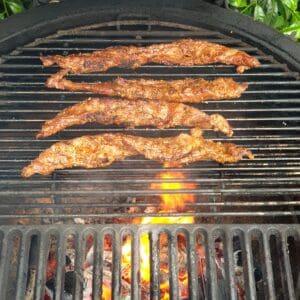 """Vad är Lagarto: Lagarto styckas ut från översta delen på grisens skuldra, upp mot ryggen. Styckdetaljen är inte den snyggaste när man står och tittar på den, den består av långa strimlor av kött, med mycket fett insprängt. Smakmässigt är det dock en SENSATION! Det färdiga köttet påminner smakmässigt om en """"det perfekta gyros köttet som snurrar över kol en hel dag"""" - skillnaden är att denna detalj endast tar några få minuter att grilla. Lagarto av Iberico gris (Spanska grisrasen) är än så länge mindre känd än delarna Secreto och Pluma, men om BBQmonster får gissa kommer denna bit att bli en favorit i bland kunderna i butik 557 meter från Väla. Lagarto är alltså runt 4 till 5 strimlor med kött som under grillning reser sig och som kan serveras i sin fulla längd eller uppskuren i bitar. Så här grillar du Lagarto: Gör grillen redo för het grillning. Pressa en halv lime över köttet. Rubba med Grisen från Iberico från #RubsByBBQmonster, räkna sedan med ca 5 till 7 minuter grillning direkt över glöd. Det kan brinna en del av fett som droppar ned så ha ett öga på det. Med fördel låter du det nå upp till 70 grader och var inte rädd för att ge det en riktigt hård grillyta. Mät med snabbtermometer"""