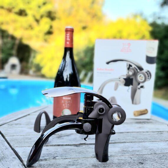 Korkskruv - vinöppnare - Peugeot Baltaz Basalte - med utväxling En starkare och smidigare korkskruv / vinflasköppnare är svår att hitta. Det finns många kopior på denna modell men som vanligt får man vad man betalar för. Här får man genuin kvalitet i en design som gör det till en fröjd även för ögat. Med denna korkskruv men utväxling öppnar du utan större ansträngning vinkork efter vinkork och detta utan att du smular sönder korken. Korkskruven Baltaz Basalte kommer med en folie cutter med vilken du enkelt snurrar av lagom mycket av förseglingen för att sen kunna dra upp korken med den med utväxling försedda korkskruven / vinflasköppnaren.