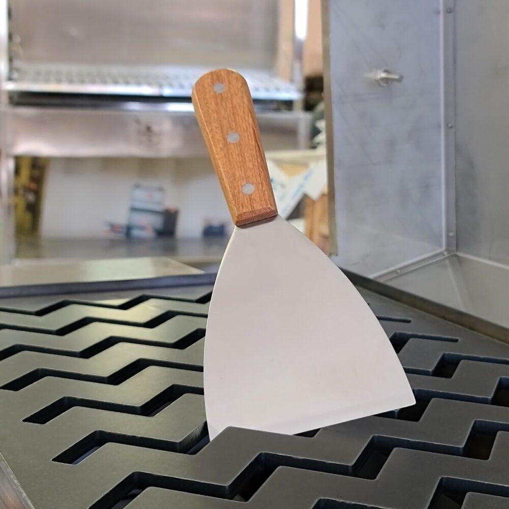 Stekbordsskrapa för att rengöra stekbordet starkt material med en vass kant för det enkelt att rengöra även det smutsigaste stekbord