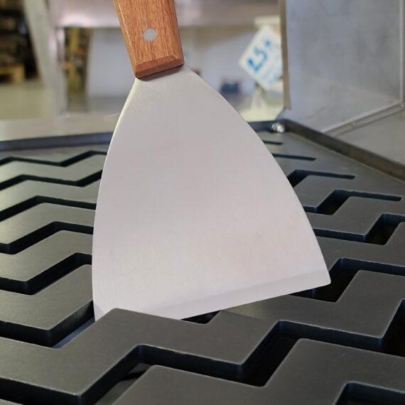 Stekbordsskrapa Snygg och rejäl stekbordsskrapa Nu kan du lägga in spackelspaden i förrådet igen, här har du en pryl dedikerad uppgiften att hålla dina stekytor rena och fina. Stekborsskrapan har en vass egg med en vinkel som gör att den håller sig vass även vid tufft arbete mot hårt underlag såsom kolstål eller gjutjärn. Handtaget är av äkta trä och har snygga nitar i rostfritt. Total längd ca 22 cm varav det styva bladet är cirka 12 cm långt och ca 10 cm brett.