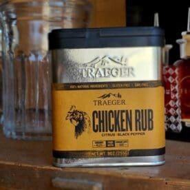 """Traeger BBQ Rub """"Chicken Rub"""" Traeger BBQ Rub """"Chicken rub"""" är en citrusfrisk rub som är tänkt för fågel. Traeger BBQ rubs kommer i en rejält tilltagen och bearbetad förpackning vilket gör den till en av de mer prisvärda per gram. Denna rub har en frisk ton av citrus (som kommer ifrån citron- och apelsinskal). Att rubba kycklingfileer eller en hel kyckling känns som givna objekt för denna delikata rub. Från provsmakningen noterades följande smak-karaktärer vara mest framträdande: Citrus och svartpeppar. Traeger rubs kommer i fantastiskt fina ströare av aluminium och två olika öppningar. En med 6 stora hål och en där man kan skopa upp rub med en sked. Dessa ströare är stapelbara och sitter riktigt bra samman - platsbesparande. Vikt 227 till 262 gram beroende på modell (se bilderna för vikt). Tips: Öppna stora öppningen och rör försiktigt runt med skaftet av en t-sked, detta för att blanda och bryta sönder de kakor av rub som packat ihop sig under transporten. En BBQ Rub läggs i ett tunt men heltäckande lager. Använd en långsam, svepande rörelse när du fördelar rub. Använd gärna ett rent underlägg så att rub som trillar av kan """"fösas"""" på objektet med hjälp av en handen - perfekt för att få rub på kanten på en köttbit. Förvara rub i en tät burk / ströare som placerar torrt och i normal rumstemperatur."""