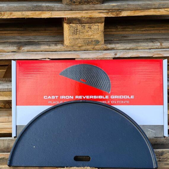 """Stekbord vändbart - gjutjärn För Kamado Joe Classic och andra 47cm kamados KJ-HCIGRIDDLE Detta vändbara stekbord (platt respektive grillränder) är gjort för Kamado Joe Classic men passar även utmärkt i andra kamados exempelvis både Big Green Egg L och andra kamados med en grillyta på 45-47 cm (vilket innefattar de flesta """"brandade"""" Auplex Kamados på marknaden ex Julas """"Axley"""", NetOnNet´s """"Austin & Barbeque"""" mfl. mfl.). Halvmånen går även att använda i Stålkamado B.i.T.N.O, Stålkamado Naranja och andra 50cm stålkamados. Då placeras gallret på fireboxen och kommer därmed närmre glöden (vilket är lämpligt). Formatet är en halvmåne och om du önskar en större grillyta går det givetvis att placera 2 stycken för att fullborda en cirkel. OBS - om din Kamado Saknar """"divide & conquer"""" (som tillåter två olika grillhöjder) placeras stekbordet direkt på ditt befintliga galler. Varför gjutjärn? Ju grövre gods desto mer energi kan lagras i metallen. När du lägger på en bit kött kommer energi (värme) stjälas från godset. Är godset för tunt blir det snabbt kallt och du får inte de karaktäristiska grillränderna (grill marks) utan köttets yta blir snarare lätt kokt under en kort tid. Vid tillagning av exempelvis hamburgare, smash burgers eller filéer av fisk är det eftersträvansvärt att snabbt stänga köttets öppna porer för att på så vis kapsla vätska för saftighetens skull. Gjutjärn kan ackumulera mycket värme och ger ett högre värmeanslag mot livsmedlet detta oavsett om vi pratar om ett galler, stekbord eller wokpanna i gjutjärn. Gjutjärn Perfekt för burgare, fisk, ägg, omeletter mm. Robust och rejäl kvalitet"""