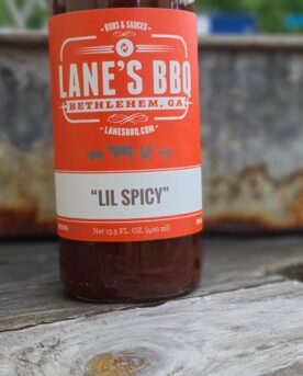 Lil Spicy Precis om namnet avslöjar är detta en sjösalt sås...nej, det är en lagom het, rökig och alldeles underbar sås till både nötkött och griskött. Kan användas som glaze i slutet på grillningen eller som en kall sås på bordet.