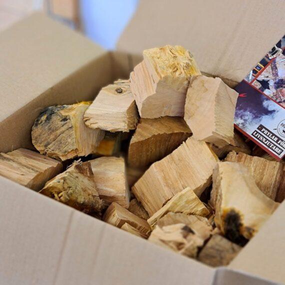 """10kg Chunks - Äpple - Rökträ - Rökved Chunks är beskrivning av en knappt knytnävsstor träbit - en vedklabb sågad i ungefär 4 bitar och kluven 1 eller 2 gånger. Fördelen med chunks före wood chips och rökspån är att en trä-chunk inte brinner upp medans du stänger locket och tar en sipp av ölen, - detta trä kan producera rök under ett par timmar eller mer. Detta är äpple chunks (rökträ av äpple eller rökträ av äpple) som till ca 80% är avbarkat. Barken skadar inte men väger mindre och skapar inte lika mycket rök och smak, varför många föredrag trä med stor del avbarkat. Vissa rykten säger att att Ozzy Osbourne inspirerades av detta när han spelade in låten """"bark at the moon"""" (nä nu skojar vi). Om du är ute efter att röka köttet och köra low & slow är det utan tvekan denna storlek du bör välja. Sikta på att tillföra rök under åtminstone de tre första timmarna. Det är då som köttet är som mest mottagligt för rök. Faktum är att det framför allt är när köttet är riktigt kallt (eller fruset) som mest rökpartiklar fastnar på ytan (testa till exempel att röka lax frusen!). När köttet blir torrt på ytan slutar köttet till stor del att ta emot röken. Det är i detta läget som det kan vara aktuellt att använda en sprayflaska för """"slather"""" (se denna artikel) ÄPPLE, är mångas favorit, inte minst för griskött. En anledning till att många uppskattar röken från äppleträ är sannolikt beroende på den behagliga, lätt söta och ändå friska tonen. Till julskinkan känns äppleträ på kolen lika givet som snaps till sillen. Levereras i en fullpackad 32-liters papplåda med vikt på 10kg. Om att använda trä för att skapa rök: Blött trä släcker delvis glöden från kolen och skapar oftast en smutsigare rök. Målet när du tillför rökträ är att skapa en fullständig förbränning där röken är klar och fin, inte tjock och mullrande. Thin blue smoke pratar det stora landet i väster om och även om det inte alltid är blå rök som lämnar skorstenen så kan du ha det i bakhuvudet: mörk rök är dåligt, vit rök är b"""