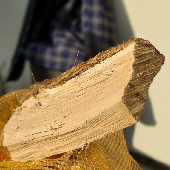 """Torr ekved, smoker wood 29cm lång rökved i säck om ca 11kg - perfekt allround trä även för mysbrasan Äntligen torr ekved som är kluven i lagom stora klabbar för att passa både din offset smoker och din mysbrasa där hemma. Finns det något som luktar lika gott som torr ekved? (ja svarar många, - men det finns inte mycket som luktar bättre!). Bara att ställa en säck med ekträ innanför dörren får tankarna att gå till timmerstugor och cowboys som nyss bredsladdad in hästen på uppställningsplatsen och som med bestämda steg vankar fram till bardisken och beställer en kentucky straight bourbon... Om du är ute efter att röka köttet och köra low & slow i en smoker är detta utan tvekan den storlek du bör välja. Sikta på att tillföra rök under åtminstone de tre första timmarna. Det är då som köttet är som mest mottagligt för rök. Faktum är att det framför allt är när köttet är riktigt kallt (eller fruset) som mest rökpartiklar fastnar på ytan (testa till exempel att röka lax frusen!). När köttet blir torrt på ytan slutar köttet till stor del att ta emot röken. Det är i detta läget som det kan vara aktuellt att använda en sprayflaska för """"slather"""" (se denna artikel) EK, är mångas favorit, inte minst som en allround för både gris och nötkött. Robust smak men ändå mjuk och fin. Levereras i en fullpackad 32-liters papplåda med vikt på 10kg. Om att använda trä för att skapa rök: Blött trä släcker delvis glöden från kolen och skapar oftast en smutsigare rök. Målet när du tillför rökträ är att skapa en fullständig förbränning där röken är klar och fin, inte tjock och mullrande. Thin blue smoke pratar det stora landet i väster om och även om det inte alltid är blå rök som lämnar skorstenen så kan du ha det i bakhuvudet: mörk rök är dåligt, vit rök är bättre men inte bra, ljus eller blåskimrande rök är frisk rök och ger bäst smak och doft. Om du upplever att röken inte är ljus kan du testa att öppna spjällen något mer och på så sätt förbättra förbränningen. Var dock noggrann med att se """
