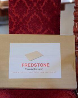 """Pizzasten - Fredstone Fyrkanting 44cm x 30 cm för ugnar och grillar Detta är pizzastenen som har revolutionerat världen. Hetta upp den så mycket du kan och ändå är det omöjligt att bränna pizzan. En uppfinning av en dansk bagare som fått till ett material som innehåller mycket luft och detta gör inte bara stenen lättare - den blir precis lagom """"isolerande"""" (istället för att bara bli varmare och varmare så släpper den värme efter hand och är därmed alltid helt rätt i temp). Låt mig gissa att denna bagare numera gör bra med deg på sin uppfinning... Pizza på pizzasten är hemligheten till en """"köp-pizza-känsla"""" där degen är krispig och genombakad utan att blivit som ett knäckebröd. Passar både i grill och ugn. Många är vi som på början av 2000 talet letade efter det perfekta receptet på pizzadeg i tron att detta var skillnaden som gjorde skillnaden - vi hade FEL. Hemligheten till en bra bakad pizza ligger istället i att degen bakas under ifrån, från ett redan hett underlag - alltså en upphettad pizzasten. Lagom temperatur i grillen (eller ugnen) är 250 till 300 grader. För många är det då grillen som gäller, då de flesta hushållsugnar stannar på runt 225grader. Tekniken är: varm upp stenen, kavla ut degen på ett bakplåtspapper, dressa din pizza med dina favoriter men börja alltid med tomatsåsen, därefter pizzaosten, sen är det valfritt. Lyft över pizzan på sitt papper, låt den landa på stenen och ganska snart kan du rycka bort pappret. Använd pizzaspade (artikel nr 31016) för att lyfta bort pizzan när osten bubblar. Mått: 44,5cm x 30,5cm och ett par cm tjock"""