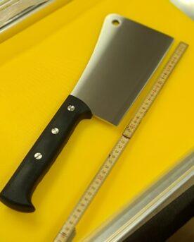 """Köttyxa - 40cm / 1kg XL Cleaver Proffsig modell i rostfritt med rejält handtag 40cm Köttyxa som definitivt gör sig både i det proffsiga hemma köket och i slaktboden på älgjakten eller vildsvinsjakten. Ett rakt igenom proffsigt redskap när du vill choppa upp dina kotletter, hacka av ett legg eller klyva ett djur på mitten - ditt val, denna Köttyxa / Cleaver klarar allt. Många Köttyxor är inte mycket mer än en kniv med ett högt blad, detta är något helt annat. Det är inte bara själva godset som är grövre och längre det är även att handtaget är utformat för att du faktiskt skall kunna svinga cleavern hårt och igenom ben utan att du därefter forcerar dina knogar rakt ner i huggkubben. Höjden på bladet går från 13cm längst fram till 9 cm längst bak mot handtaget, detta ger ett huggdjup på hela 5cm innan din hand riskerar att gå emot underlaget (givetvis kan du hugga ännu tjockare ben och kött än så genom att se till att handen alltid är utanför huggkubben när köttyxan går igenom). Denna rejäla och rustika """"cleaver"""" har en rejäl grovlek på godset vilket tillåter att du kan ta i riktigt mycket utan risk att böja stålet. Längden på bladet är ca 22 cm och det har en tjocklek på hela 0,5cm. Eggen är slipad i vinkel som skall tåla hårda tag utan jack i eggen. Handtaget som ger rejäl hävkraft genom sin längd på hela 20 cm är gjort i greppvänligt konstmaterial där bladet går ner och fäster hela 13cm in i handtaget, med andra ord så håller du i stort sett i bladet när du greppar handtaget som löper runt om. Den högerhänte kan njuta av en ergonomi som erbjuds på vänster sida på handtaget där fingrarna löper. Total längd: 40cm Längd på bladet: 22 cm Längd på skaftet: 20 cm Vikt: dryga kilot"""