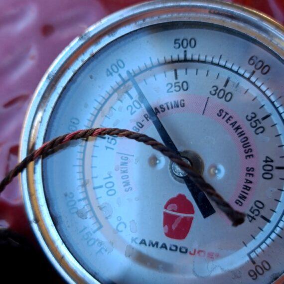 Steksnöre Extremt värmetåligt Bindgarn för kött och korv - Butcher String två färgat Naturmaterial Trött på steksnöre som brister eller brinner upp? - då har du kommit rätt! Detta steksnöre är extremt värmetåligt och gjort av naturligt material (ej plast). Som bindgarn för kött och korv kommer ser inte bara den tvåfärgade flätningen fräsch och cool ut, det blir även mer hanterbart och enklare att se knutar etc. Denna tvåfärgade (röd och vit) Butcher String är extremt stark och ger ett bra grepp även med kladdiga händer. Testat över öppen glöd Detta steksnöre är ett bindgarn som verkligen tåler att ligga på ett hett galler utan att brinna upp. Du behöver inte lägga det i blöt innan utan det går bra att använda detta steksnöre helt utan preparering. Steksnöret är testat liggandes över öppen glöd, på ett gjutjärnsgaller i 60 minuter med en temp på dryga 200 grader - snöret blev mörkt men behöll sin form och stryka! Rullen med denna coola Butcher string innehåller 200 meter bindgarn som alltså är lämpat för kött, korvtillverkning, binda ihop fågel, kalkon porcetta, pamplona, rullader, fisk, grönsaker med mera med mera. När du hanterar kött och fisk är denna 60cm x 40 cm stora bricka i aluminium ett helt perfekt tillbehör: