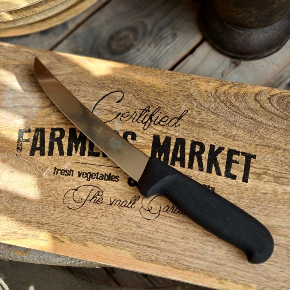 Urbeningskniv / Putskniv - proffsig kniv för att bena ur och putsa kött - Victorinox Detta är en suverän urbeningskniv som även kan användas som putskniv. Ett relativt styvt blad gör att du kan ta i hårdare än du kan med knivar med flexibla eller semi-flexibla blad. Putsknivar från Victorinox används professionellt. Fokus på användarvänlighet, enkelhet att rengöra och ergonomi ligger i fokus. Skaftet är av konstmaterial som ger ett extremt bra grepp och som är enkelt att rengöra. Handtaget passar både höger- och vänsterhänta. Både skaft och blad är helt fritt från mikroporer vilket gör att både blad och handtag går att får helt rent och desinficerat. TÅL DISKMASKIN! Swiss Made av Victorinox - ett kvalitetsföretag som inte kräver närmre beskrivning. Längd på bladet: 15 cm Längd på skaftet: 13 cm Recept på Brisket eller köpa kött i butiken: