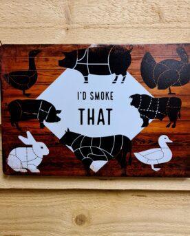 """Tavla, plåtskylt """"I´d smoked that"""" Plåtskylt vintage metall, metalltavla för kök, utekök, grillhörna, BBQ, Bar, Mancave Dekorera din favoritplats med skyltar i plåt och metalltavlor i rustik vintage design som bjuder in till ett skratt eller två ;) Jag hade rökt det om ni frågat mig! I´d smoked that! Tavlan som är som klippt och skuren ovanför röken, pelletsmokern, offset smokern, kamadon samt i grillhörnan och uteköket. En snygg skylt för den som lever i ett rökigt förh...hrmm som lever i en hickoryrökig livsstil. BBQmonster har en häftig samling tavlor i metall som kan vara den perfekta presenten eller tillbehöret till presenten som gör pricken över i:et, eller """"the prick over the eye"""" som man säger i Amerikat... Metalltavlor för grill och BBQ är efterfrågade dekorer till utekök, mancaves och grillhörnor och med BBQmonsters uppsättning är chansen god att du hittar något som passar just dig eller den person du skall köpa presenten till. Presenttips: hitta en tavla som förstärker budskapet på din present, exempelvis en termometer i combo med tavlan """"steak timer"""" Livsnjutare, Foodies och grillare är ofta glada för både god mat och god dryck. Därför kretsar många av dessa metalltavlor på tema Mat, såsom recepttavlor (för exempelvis Pulled pork, Revben / Ribs och Brisket). Eller Dryck (whisky, bourbon, beer, öl, IPA, Cider, Stout och inte minst modedrycken GIN). Tavlorna i metall finns i ett antal olika format, men där det vanligaste är måtten 20 x 30 (stående) cm eller 30 x 20 (liggande). Det finns även ett par större modeller (bland annat runda). Tavlorna har en vikt kant så inga vassa kanter existerar. Hörnen är försedda med hål (på det fyrkantiga tavlorna) där du enkelt med två eller fyra spik eller skruvar fäster upp tavlan på underlaget. Du kan även använda dubbelhäftande tejp om det passar bättre mot underlaget. Du hittar alla tavlor under kategorin Tavlor metall"""