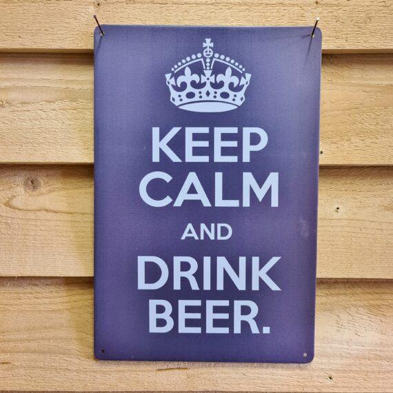 """Tavla skylt """"Dream of perfect Brisket"""" Vintage skyltar i plåt. Skylt för kök, utekök, grillhörna, BBQ, Bar, Mancave Dekorera din favoritplats med skyltar och metalltavlor i rustik vintage design som bjuder in till ett skratt eller två ;) En tavla med de bevingade orden Keep calm and drink Beer! Ja, varför inte? En perfekt skylt att hänga baren eller favoritplatsen. Tavlor i metall och plåtskyltar? BBQmonster har en häftig samling tavlor och skyltar i metall som kan vara den perfekta presenten eller tillbehöret till presenten som gör pricken över i:et, eller """"the prick over the eye"""" som man säger i Amerikat... Metalltavlor för grill och BBQ är efterfrågade dekorer till utekök, mancaves och grillhörnor och med BBQmonsters uppsättning är chansen god att du hittar en skylt som passar just dig eller den person du skall köpa presenten till. Ett presenttips kan vara att om du köper låt säga ett paket spanska ginglas att då komplettera med en skylt som förstärker budskapet. Samma sak kan appliceras Ölglas, Kamados osv. Livsnjutare, Foodies och grillare är ofta glada för både god mat och god dryck. Därför kretsar många av dessa vintage skyltar och metalltavlor på tema Mat, såsom recepttavlor (för exempelvis Pulled pork, Revben / Ribs och Brisket). Eller Dryck (whisky, bourbon, beer, öl, IPA, Cider, Stout och inte minst modedrycken GIN). Tavlorna i metall finns i ett antal olika format, men där det vanligaste är måtten 20 x 30 (stående) cm eller 30 x 20 (liggande). Det finns även ett par större modeller (bland annat runda). Skyltarna har en vikt kant så inga vassa kanter existerar. Hörnen är försedda med hål (på det fyrkantiga tavlorna) där du enkelt med två eller fyra spik eller skruvar fäster upp tavlan på underlaget. Du kan även använda dubbelhäftande tejp om det passar bättre mot underlaget. Keep calm and drink Beer! Du hittar alla tavlor och skyltar under kategorin Tavlor metall (www.bbqmonster.se/produkt-kategori/tavlor/)"""